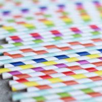 Gruppo di cannucce di carta in tutte le colorazioni